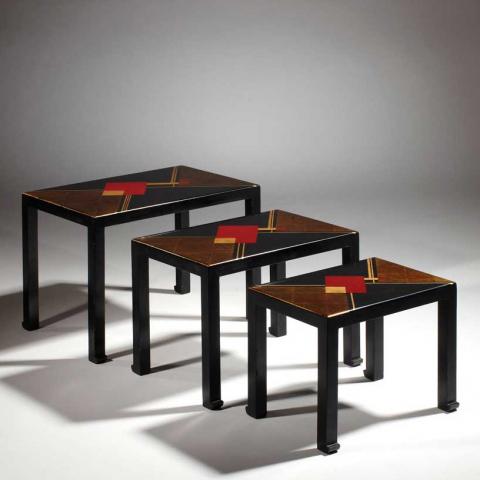 Suite de trois tables gigognes en laque noire, circa 1936.